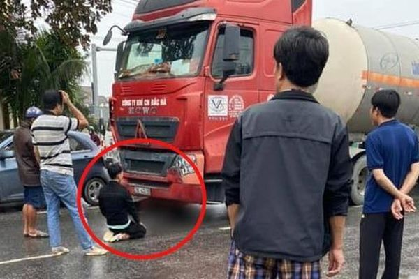 Xót xa hình ảnh chồng quỳ gối thất thần bên thi thể vợ trước xe đầu kéo