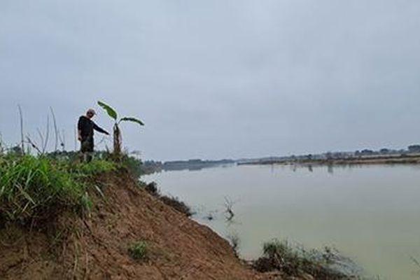 Sạt lở bờ sông Thạch Hãn, ruộng đồng bị bồi lấp