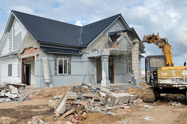 Tháo dỡ 8 căn nhà vô chủ ở Phú Quốc