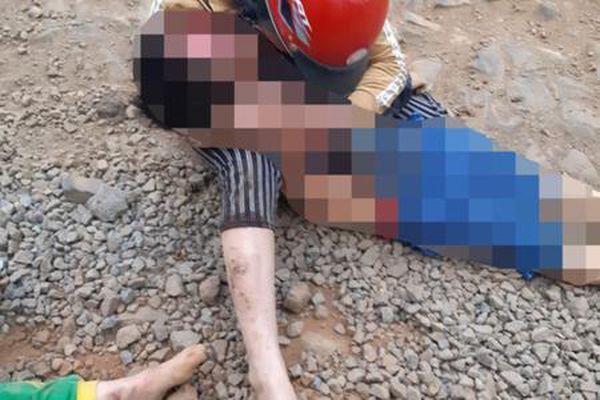 Sau va chạm với xe ben, người mẹ ôm thi thể con trai 6 tuổi gào khóc