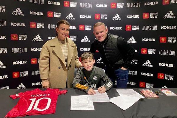 Con trai Wayne Rooney chính thức gia nhập MU