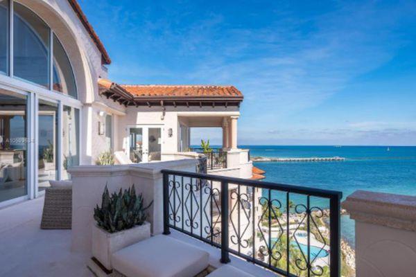 Bên trong căn penthouse ven biển 20 triệu USD của tỷ phú Canada