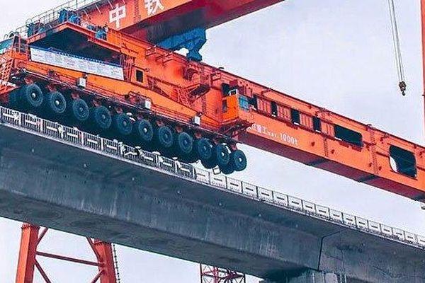 Clip: Cận cảnh 'quái vật' khổng lồ xây cầu đường sắt vượt biển 15km
