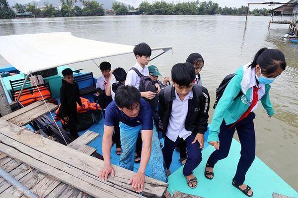 Cầu bị cuốn trôi, học sinh ở Nha Trang đến trường bằng xuồng