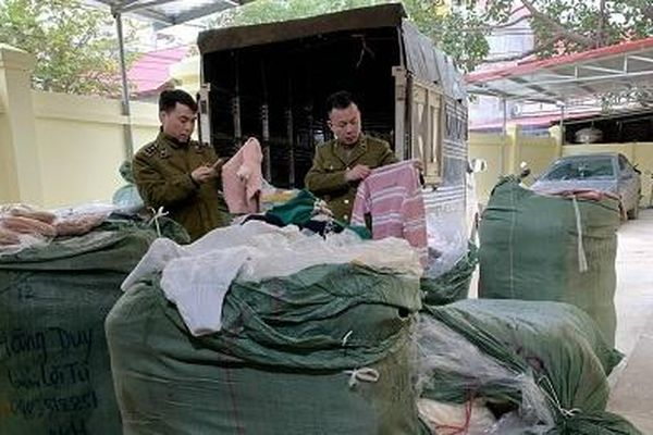 Nhập lậu hàng hóa: Thu gom nhiều quần áo, mỹ phẩm trôi nổi để bán cuối năm