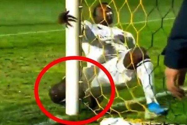 Nỗ lực cứu thua quên mình, sao trẻ Barcelona đập mạnh đầu gối vào cột dọc và dính chấn thương nghỉ 9 tháng