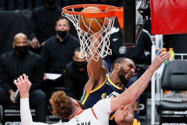 Cú úp rổ của ngôi sao cao 2,17 m tại NBA