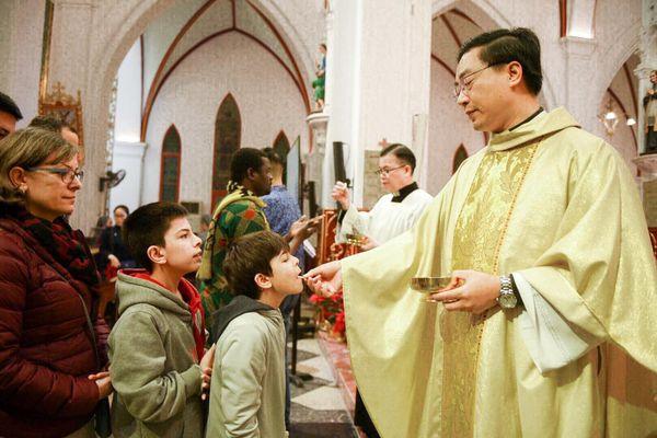 Hàng nghìn người đến nhà thờ làm lễ trong đêm Noel