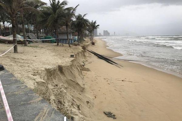 Đà Nẵng: Sau mưa bão, nhiều đoạn bờ biển bị xâm thực gây sạt lở