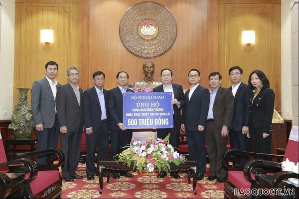 Thứ trưởng Thường trực Bộ Ngoại giao Bùi Thanh Sơn trao tiền quyên góp ủng hộ đồng bào bị lũ lụt