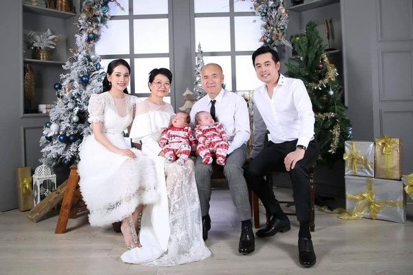 Dương Khắc Linh tung ảnh đón Giáng sinh bên gia đình