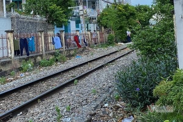 Băng ngang qua đường ray phơi đồ, người phụ nữ bị tàu hỏa tông chết