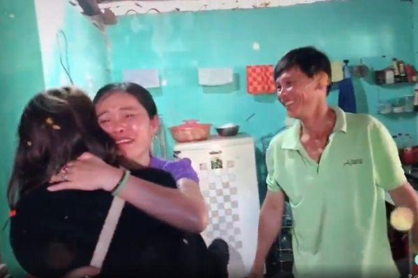 Bí mật trở về nhà đón Tết, nữ du học sinh khiến bố mẹ vỡ òa khi vừa nhìn thấy con gái