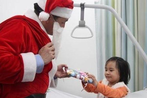 Lắng đọng hình ảnh bác sĩ hóa thành ông già Noel tặng quà bệnh nhi
