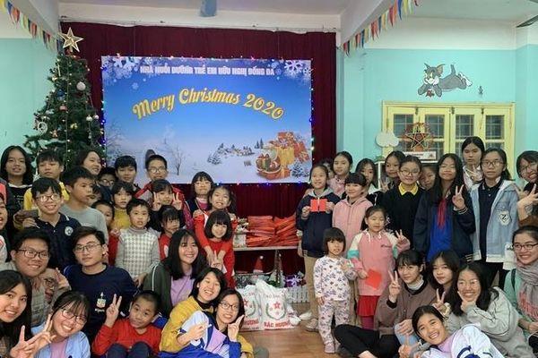 Sôi động Hội chợ Giáng sinh của trường THPT Chuyên Sư Phạm