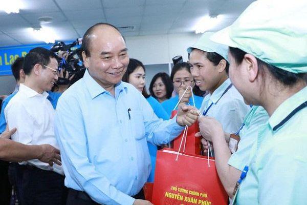 Thủ tướng Nguyễn Xuân Phúc: 'Chúng ta cùng bắt tay nhau lo cuộc sống tốt hơn cho công nhân'
