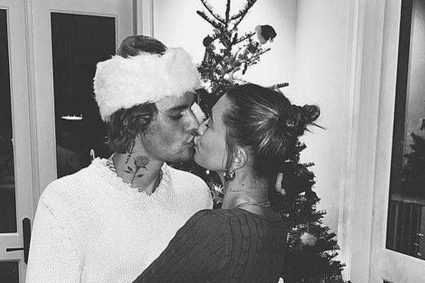 Vợ chồng Justin Bieber 'khóa môi' và khiêu vũ lãng mạn bên cây thông Noel