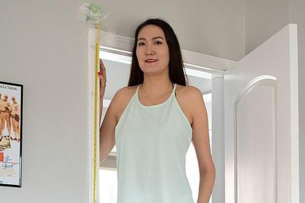 Cô gái có đôi chân dài 'miên man'