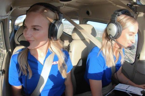 Những cặp song sinh cùng trở thành phi công