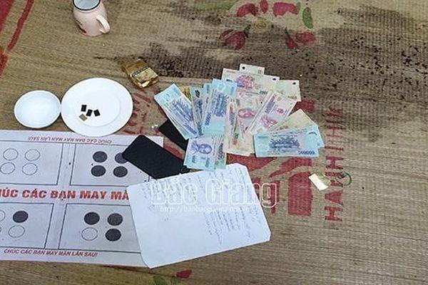Bắt quả tang 12 đối tượng đánh bạc, thu giữ số tiền gần 300 triệu đồng