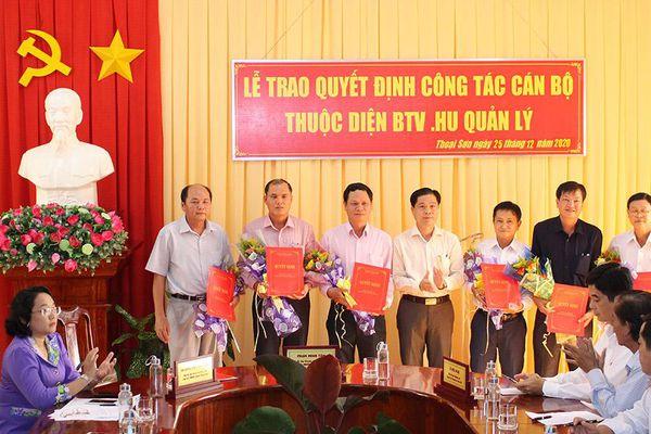 Huyện ủy Thoại Sơn trao quyết định công tác cán bộ