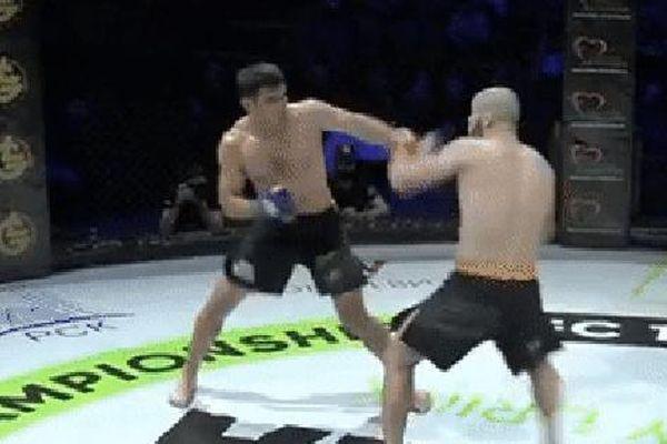 Chạm trán với đối thủ có 'chiếc cằm giấy', võ sĩ tấn công dồn dập trước khi kết thúc bằng một đòn cước không thể chê