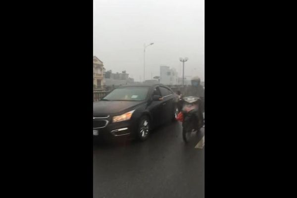 Ô tô nối đuôi nhau đi ngược chiều sau tai nạn trên cầu Vĩnh Tuy