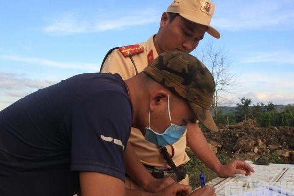 Đắk Nông: CSGT 'mật phục' xử lý nhiều xe chở đất có ngọn, hết hạn đăng kiểm
