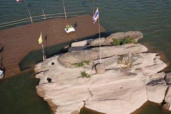 Nước sông Mekong thấp bất thường, lộ cả di tích Đức Phật