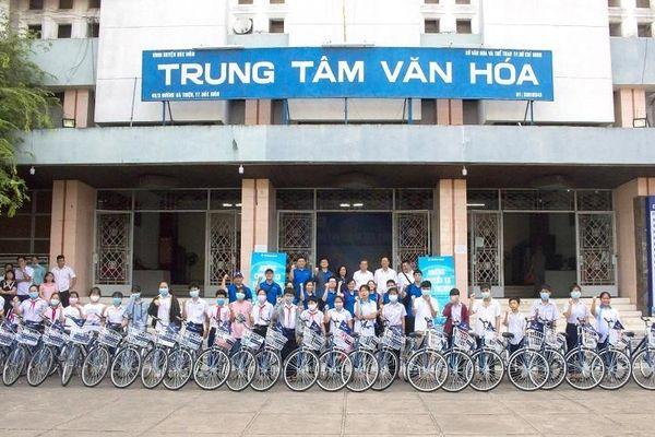 Tặng xe đạp, đồng hành cùng học sinh nghèo vượt khó