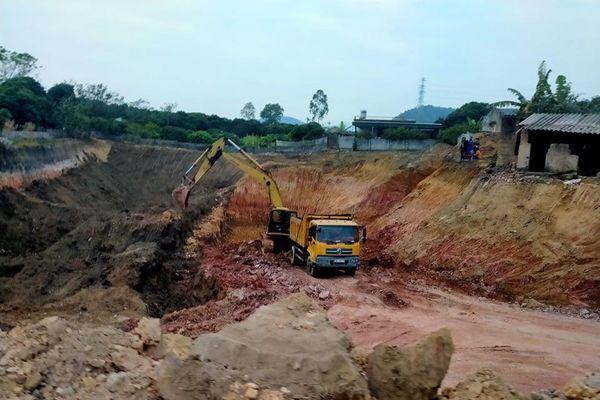 Nhiều gia đình 'kêu cứu' vì các mỏ đất trái phép gây ô nhiễm môi trường