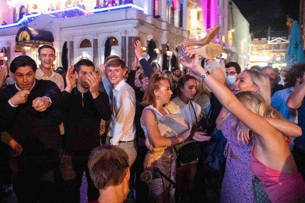 Dân Los Angeles phản đối tổ chức tiệc mừng năm mới vì đại dịch