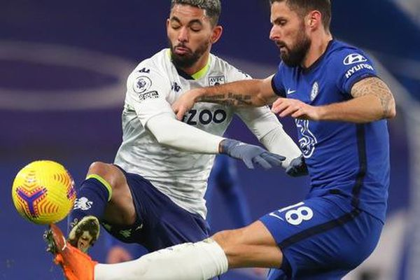 Chelsea lại mất điểm sân nhà, Leicester may mắn thoát hiểm
