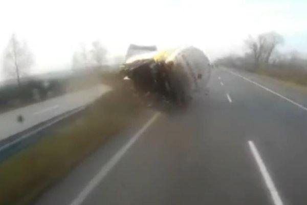 Xe bồn nổ lốp lật ngang trên đường