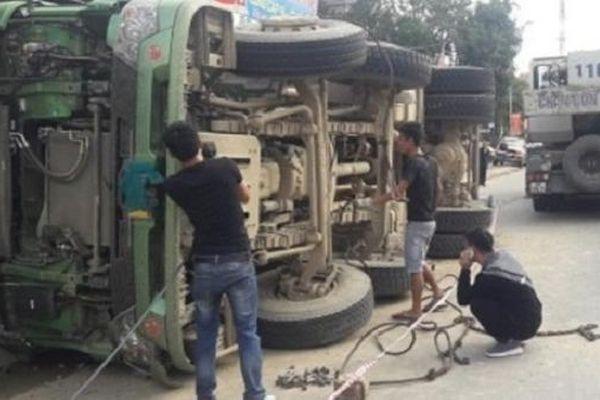 Tin giao thông đến sáng 30/12: Tai nạn liên quan đến xe tải, 2 người tử vong