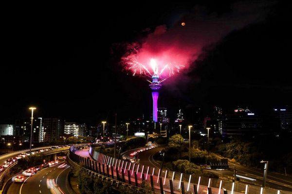 Tiếng chuông chào đón Năm mới 2021 đã điểm...