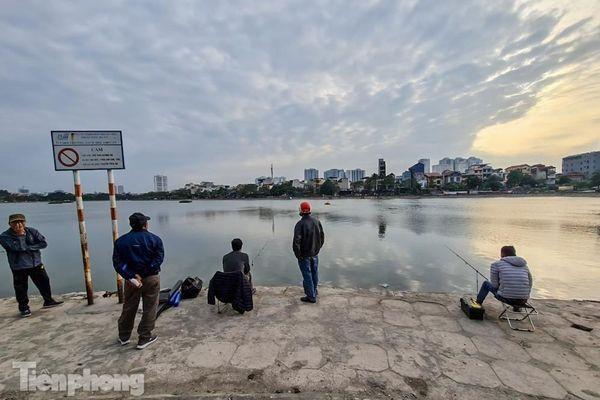 'Hô biến' hồ Định Công thành nơi câu cá dịch vụ, hốt bạc triệu mỗi ngày