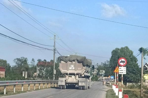 Quảng Bình: Bất chấp biển cấm, xe tải 'khủng' chở hàng vẫn đi trên QL9B