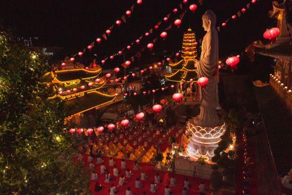 Đêm hoa đăng vía Phật A Di Đà tại chùa Vạn Đức