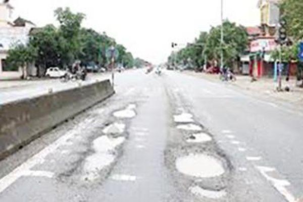 Quốc lộ 1 hỏng nặng sau mưa lũ vẫn chưa được sửa chữa