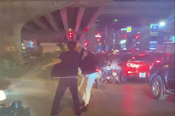 Nhắc tài xế dừng chờ đèn đỏ quá lâu, thanh niên bị đánh nhập viện
