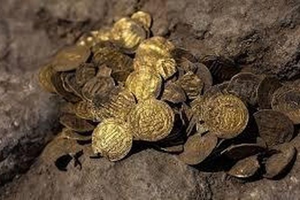 Lão nông sở hữu triệu USD sau khi đào được kho tiền vàng trên ruộng
