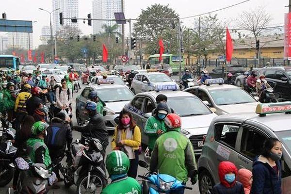 Sau kỳ nghỉ, đường vào Hà Nội chật cứng