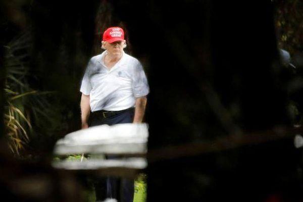 Ảnh ấn tượng tuần (28/12-3/1): Ông Trump thảnh thơi chơi golf, Chuyện vaccine Covid-19, Giao thừa kỳ lạ nhất lịch sử và đánh bom kinh hoàng ở Yemen