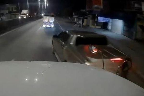 Camera giao thông: Xe bán tải táo tợn tạt đầu container