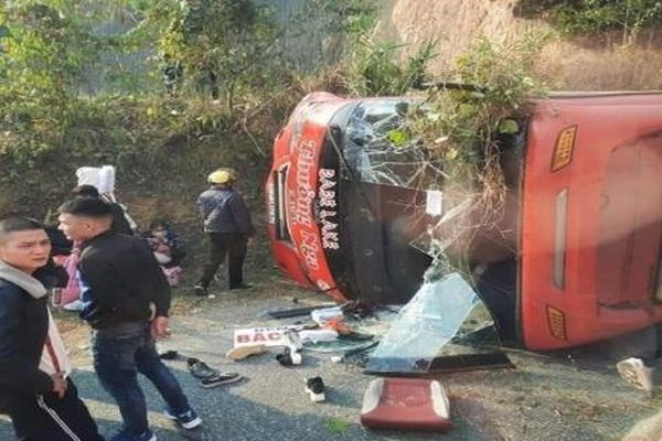 Tin tức tai nạn giao thông sáng 4/1: Hành khách đập cửa kính thoát thân khi xe khách bị lật sau va chạm