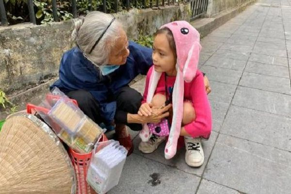 Con gái Đoan Trang khiến cộng đồng mạng xuýt xoa vì hành động giúp đỡ bà cụ bán hàng rong