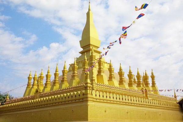 Chiêm ngưỡng ngôi tháp vàng lớn nhất của Lào, gần 500 tuổi tráng lệ giữa đất trời
