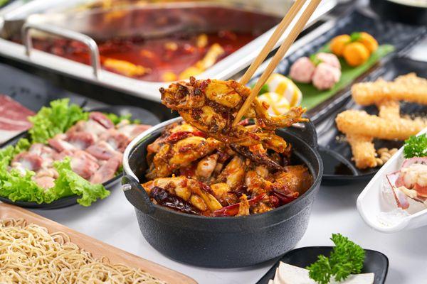Vừa ra mắt, lẩu Ếch Jiang Hu gây 'choáng' với nước lẩu tổng hợp gần 40 mỹ vị thảo mộc