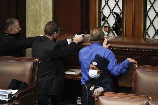 Video khung cảnh hỗn loạn bên trong tòa nhà Quốc hội Mỹ